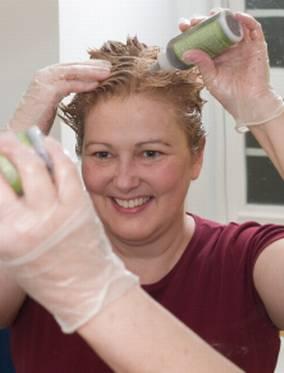 Kvinne som farger håret selv.
